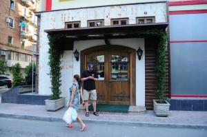 Tämä oven takaa löytyi BrauHaus, Tirana.